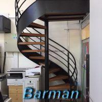 پله اسپیرال با کف پله چوب و نرده فلزی