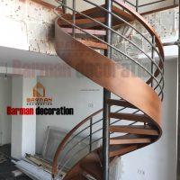 پله اسپیرال با کف پله چوب و نرده ترکیبی چوب و فلز